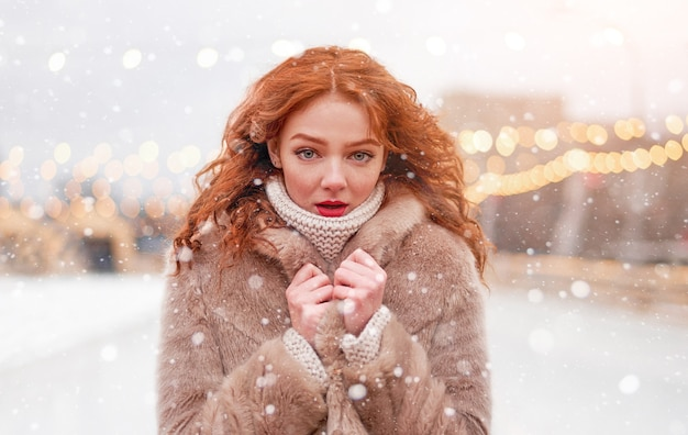 Rothaarige junge frau winterferienzeit