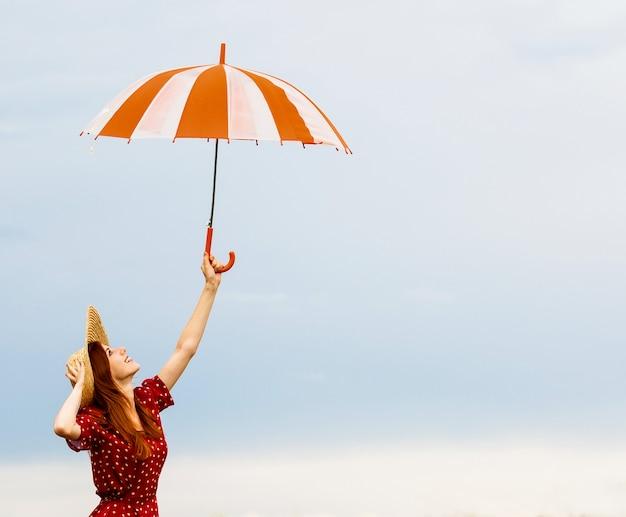 Rothaarige mädchen mit regenschirm