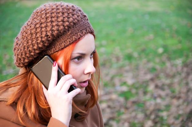 Rothaarige mit dem telefon