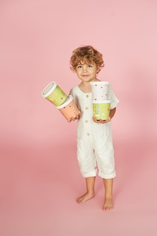 Rothaariger junge mit farbigen papierboxen