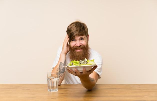 Rothaariger mit langem bart und mit salat