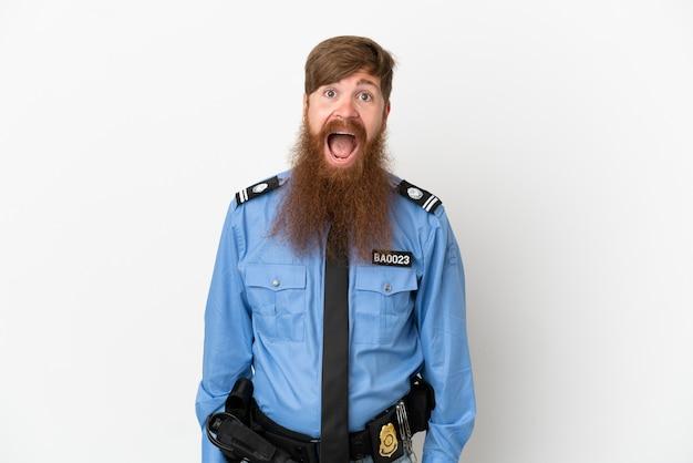 Rothaariger polizist isoliert auf weißem hintergrund mit überraschtem gesichtsausdruck