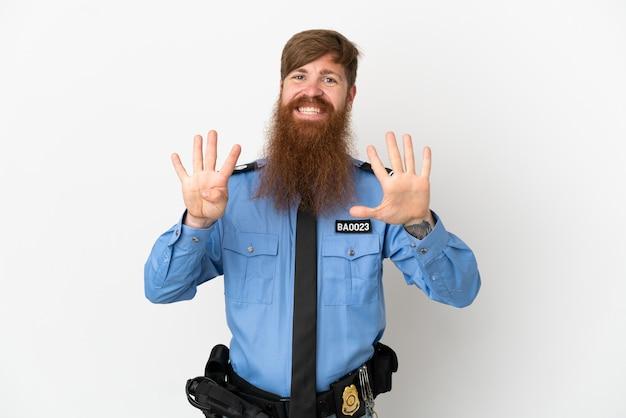 Rothaariger polizist isoliert auf weißem hintergrund zählt neun mit den fingern