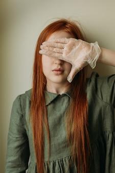 Rothaariges mädchen in medizinischen handschuhen
