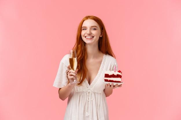 Rothaariges mädchen mit rotem samtkuchen und champagnerglas