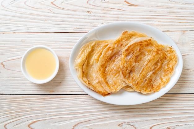 Roti mit gesüßter kondensmilch (dessert)