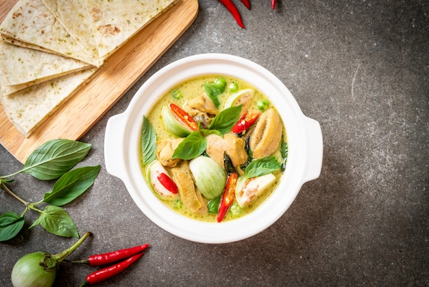 Roti und grüner curry mit huhn