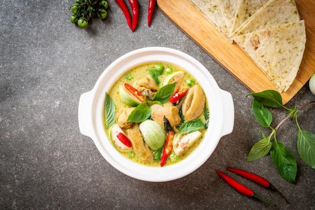 Roti und grünes curry mit huhn