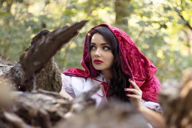 Rotkäppchen im wald, das fabelhafte cosplay der rotkäppchen-märchenbrüder grimm