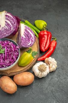 Rotkohl der vorderansicht mit frischem gemüse auf dem grauen tisch reifen diätgesundheitssalat