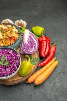 Rotkohl der vorderansicht mit frischem gemüse auf einem dunkelgrauen tischgesundheits-reifen diät-salat