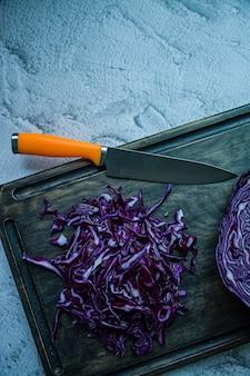 Rotkohl geschnitten auf einer betonoberfläche vegetarisches gesundes lebensmittel
