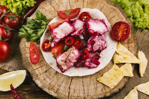 Rotkohlgericht auf hölzerner platte