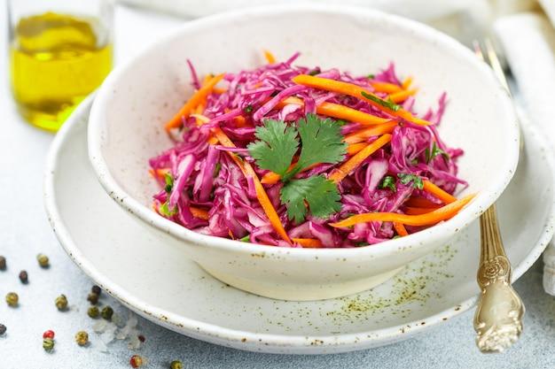 Rotkohlsalat mit karotten, kräutern, olivenöl und zitronensaftdressing. krautsalat. krautsalat