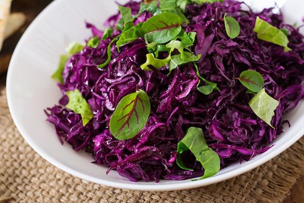 Rotkohlsalat mit kräutern