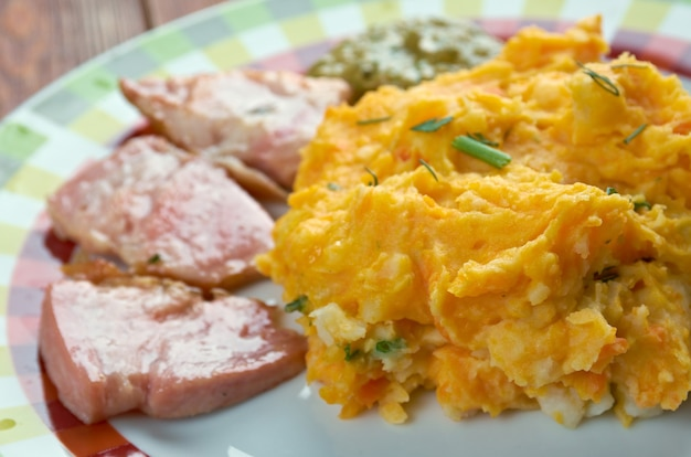 Rotmos med fläschchen - kartoffelpüree, rübe und gebratener schinken.schwedische küche