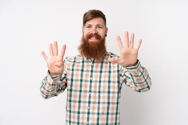 Rotschopfmann mit langem bart über isoliertem weiß, das neun mit den fingern zählt