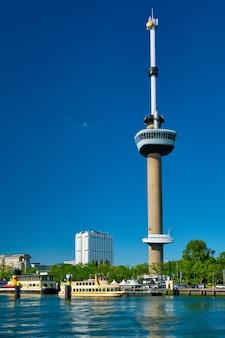 Rotterdam-stadtbild mit euromast und nieuwe maas-fluss