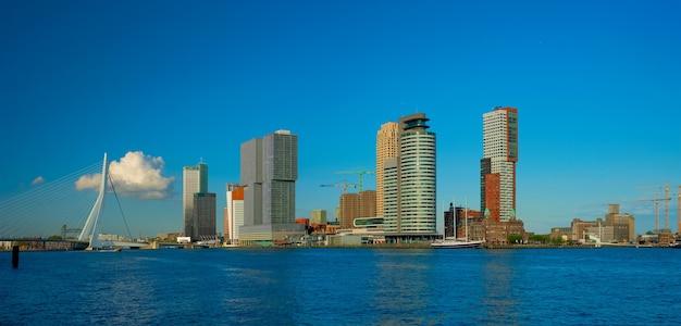 Rotterdam wolkenkratzer skyline und erasmusbrug brücke über nieuwe maas fluss rotterdam