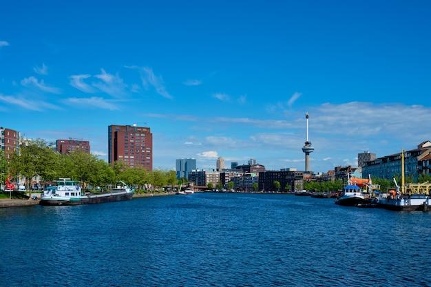 Rotterdamer stadtbild mit euromast-aussichtsturm