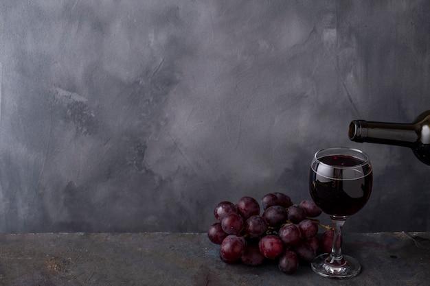 Rotwein aus der flasche in ein glas gießen