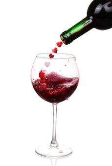 Rotwein gießt auf weiß