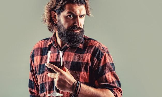 Rotwein in der flasche, weinglas. sommelier-mann, degustationsweingut.