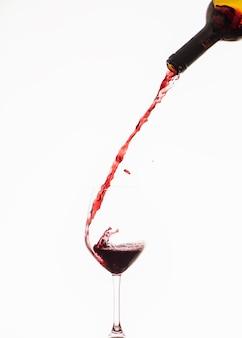 Rotwein in ein weinglas gießen