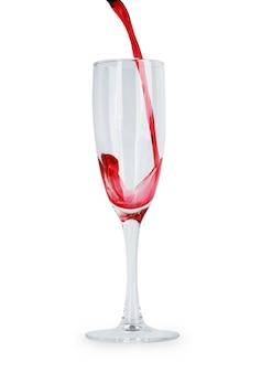 Rotwein in einem glas auf weißem hintergrund