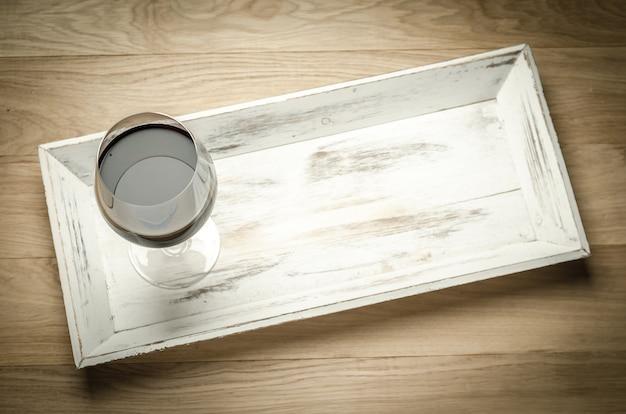 Rotwein in einem weinglas. die draufsicht