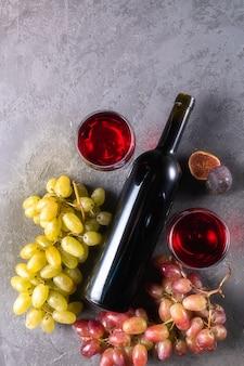 Rotwein in gläsern, flasche wein, feigen und trauben