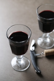 Rotwein in gläsern und korkenzieher