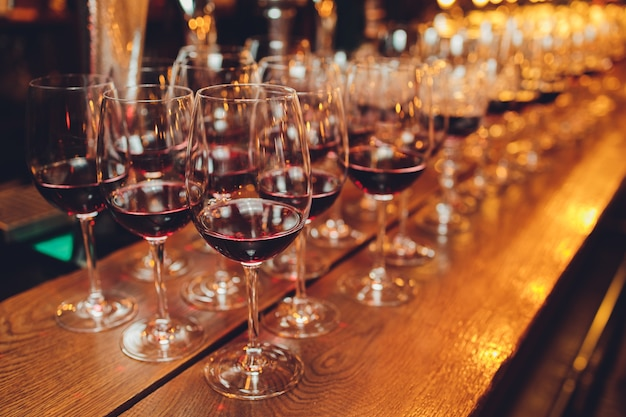 Rotwein in gläsern.