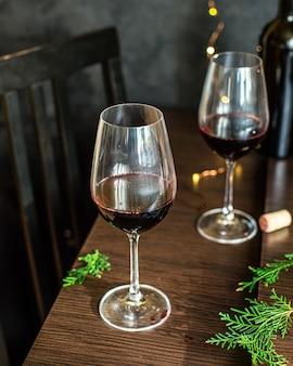 Rotwein in glas festliche tabelleneinstellung weihnachtsferien party neujahr