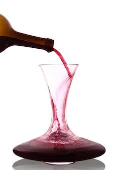 Rotwein in karaffe gegossen