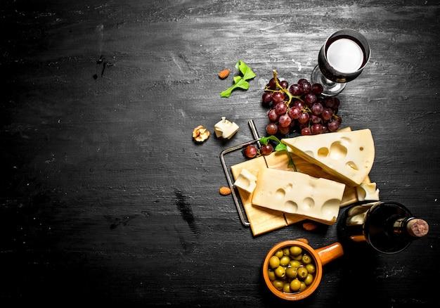 Rotwein mit duftendem käse, oliven und mandeln.