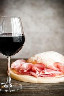 Rotwein mit schinken und ciabatta