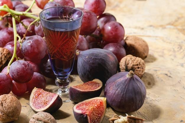 Rotwein, trauben und feigen