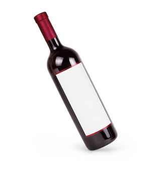 Rotwein und eine flasche auf weißem hintergrund