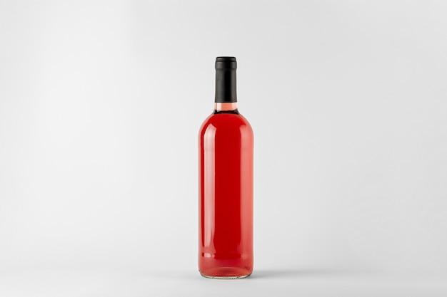 Rotweinflasche mit roséwein lokalisiert auf weiß