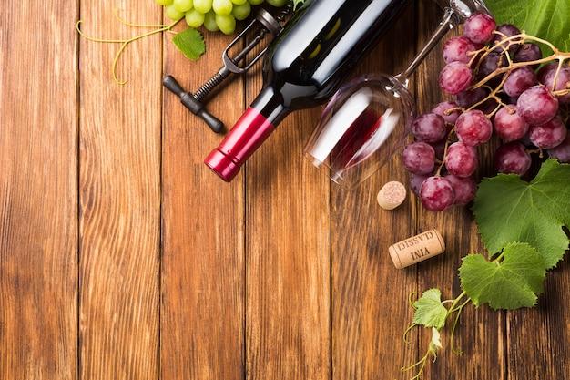 Rotweinflasche und -glas mit kopienraum