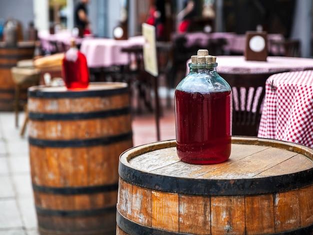Rotweinflasche und holzfass