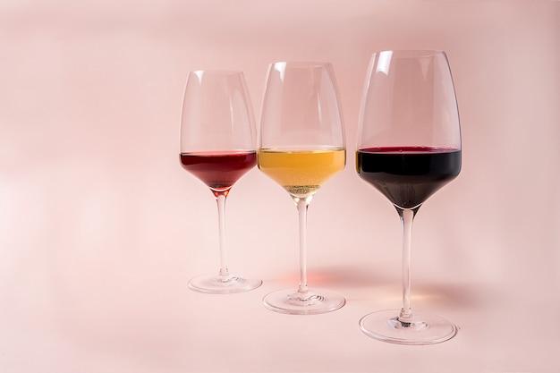 Rotweinglas und roséweinglas und weißweinglas