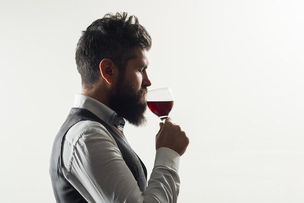 Rotweinglas weinprobe alkohol bärtiger mann mit glas wein bärtiger mann trinkt rotweinmann