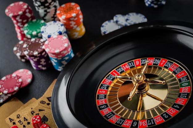 Rouletterad, das in einer kasinotabelle spielt