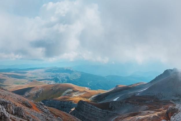 Route durch berggipfel und hügel durch majestätische landschaften