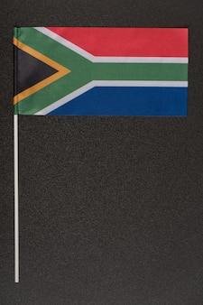 Rsa-flagge auf schwarzem hintergrund. nationale symbole der republik südafrika. vertikaler rahmen
