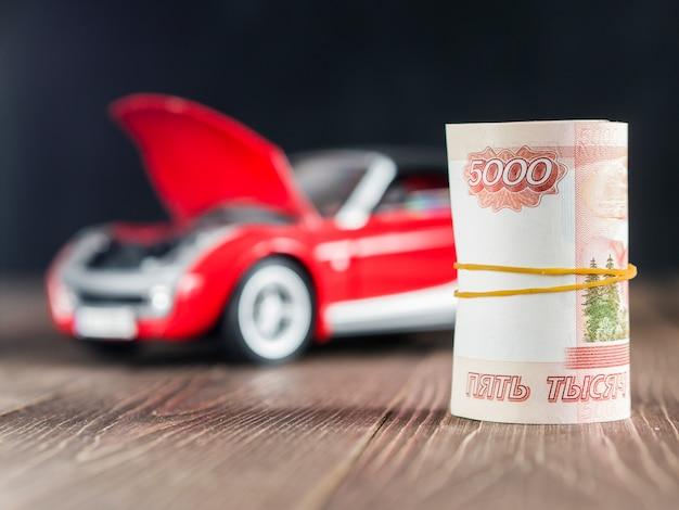 Rubel notizen auf toycar hintergrund mit einer erhöhten haube