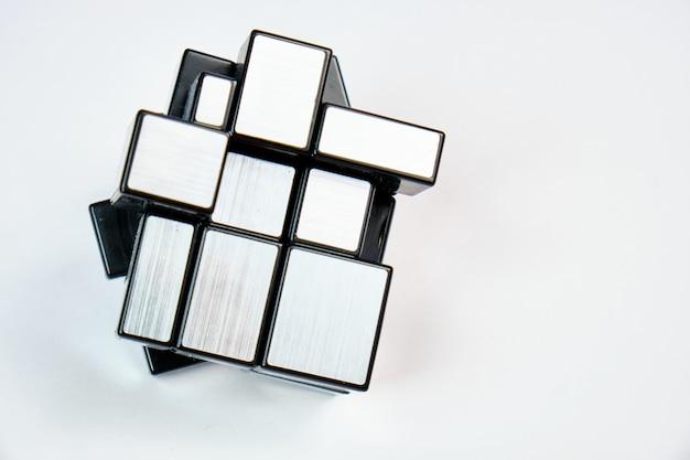 Rubiks spiegelblöcke. dieses von hidetoshi takeji erfundene puzzle wird auch als bump cube bezeichnet.