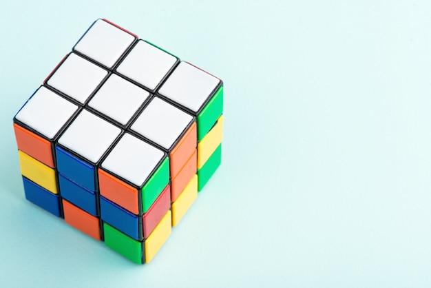 Rubiks würfel auf dem hellblauen hintergrund